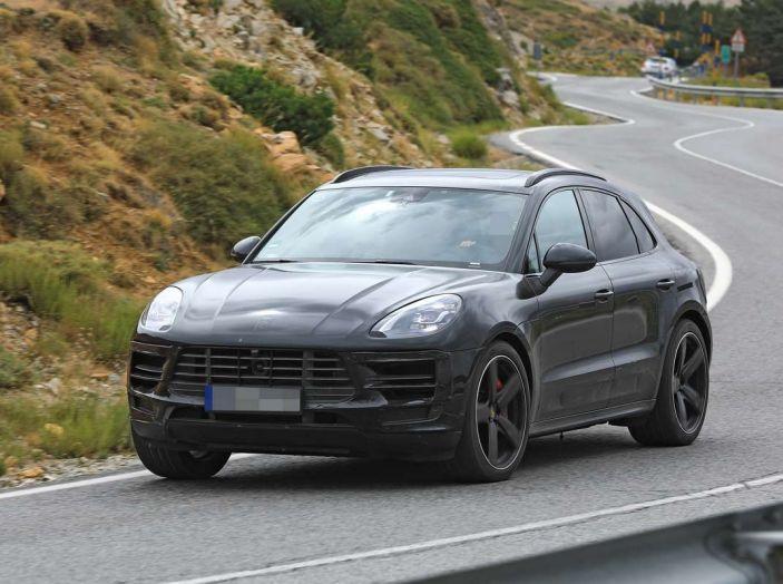 Porsche Macan 2018 Facelift, prime immagini spia del futuro SUV tedesco - Foto 1 di 24