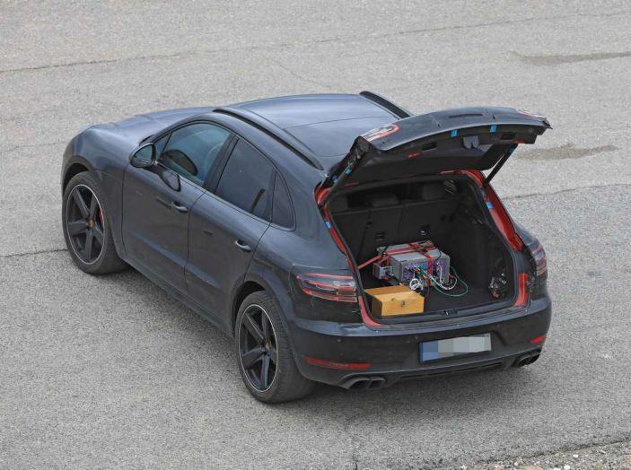 Porsche Macan 2018 Facelift, prime immagini spia del futuro SUV tedesco - Foto 19 di 24
