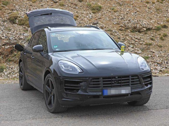 Porsche Macan 2018 Facelift, prime immagini spia del futuro SUV tedesco - Foto 20 di 24