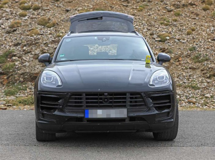 Porsche Macan 2018 Facelift, prime immagini spia del futuro SUV tedesco - Foto 21 di 24