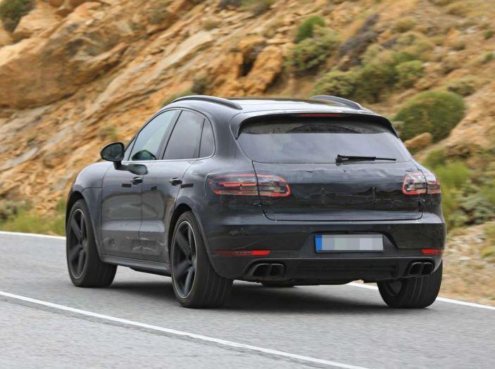 Porsche Macan 2018 Facelift, prime immagini spia del futuro SUV tedesco - Foto 5 di 24