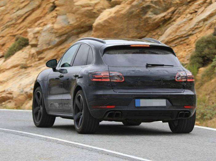 Porsche Macan 2018 Facelift, prime immagini spia del futuro SUV tedesco - Foto 6 di 24