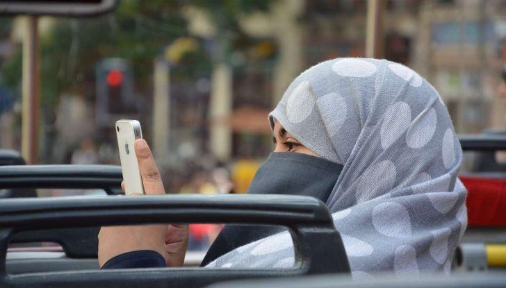 Arabia Saudita, da oggi le donne possono guidare per la fine del divieto - Foto 2 di 5