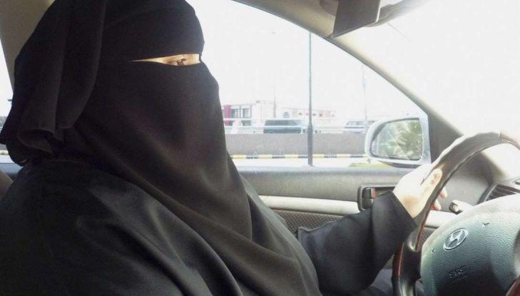 Arabia Saudita, da oggi le donne possono guidare per la fine del divieto - Foto 1 di 5