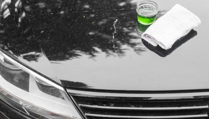 Come rimuovere i moscerini dalla carrozzeria dell'auto - Foto 7 di 8
