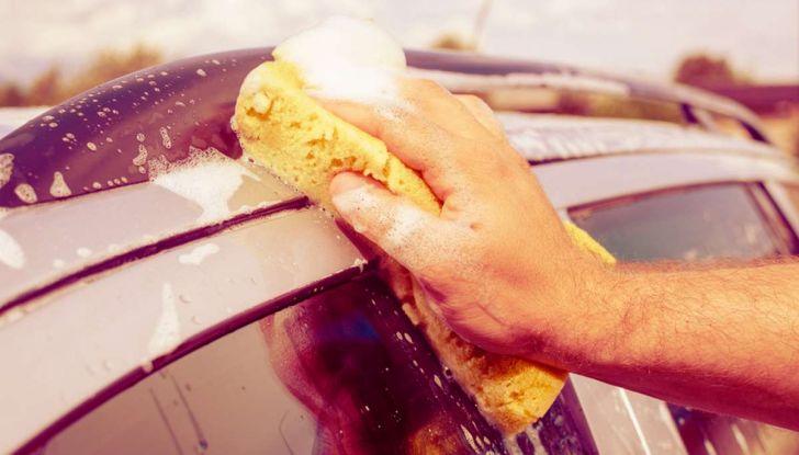 Come rimuovere i moscerini dalla carrozzeria dell'auto - Foto 2 di 8