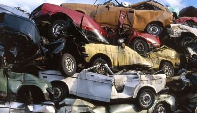 Demolire un'auto: cosa fare e come comportarsi