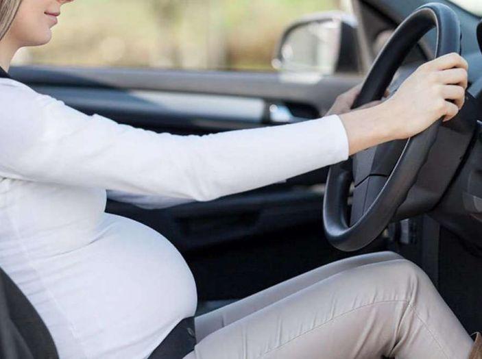Donne incinte al volante: normativa e consigli - Foto 4 di 10