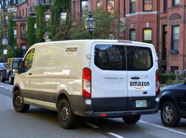 Furgoni e consegna merci, traffico in aumento a causa dell'e-commerce