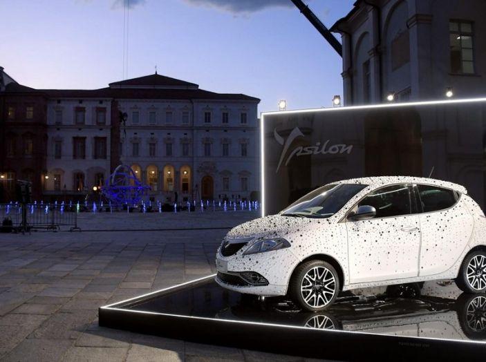 Lancia Ypsilon, la fashion car ruba la scena alla mostra di Peter Lindbergh - Foto 1 di 7