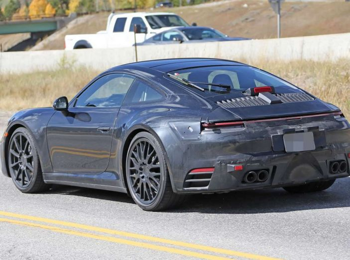 Porsche 911 2019, foto spia della futura generazione - Foto 3 di 12