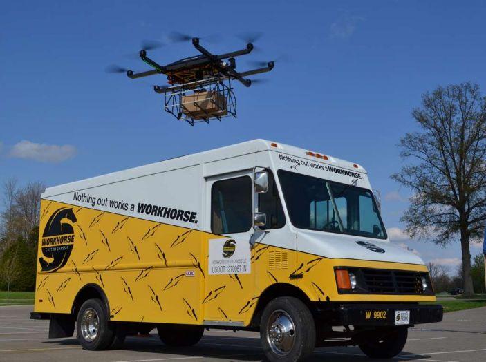 I droni Amazon ora caricano le auto elettriche in movimento - Foto 1 di 13