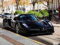 Ferrari Enzo, un magnifico esemplare nero avvistato a Parigi