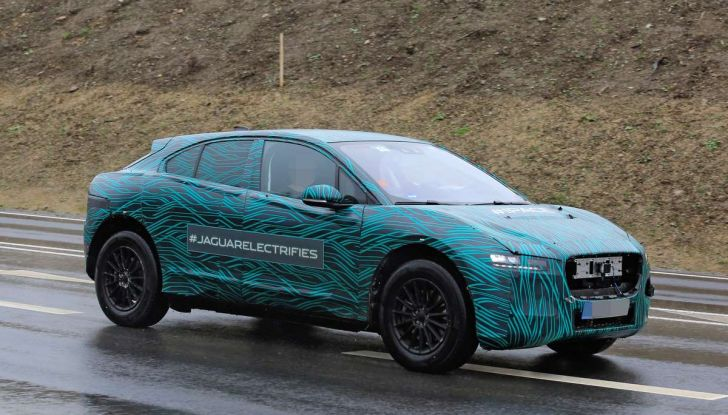 Jaguar I-PACE, il SUV elettrico impegnato nei test su strada - Foto 13 di 19