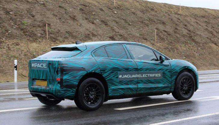 Jaguar I-PACE, il SUV elettrico impegnato nei test su strada - Foto 14 di 19