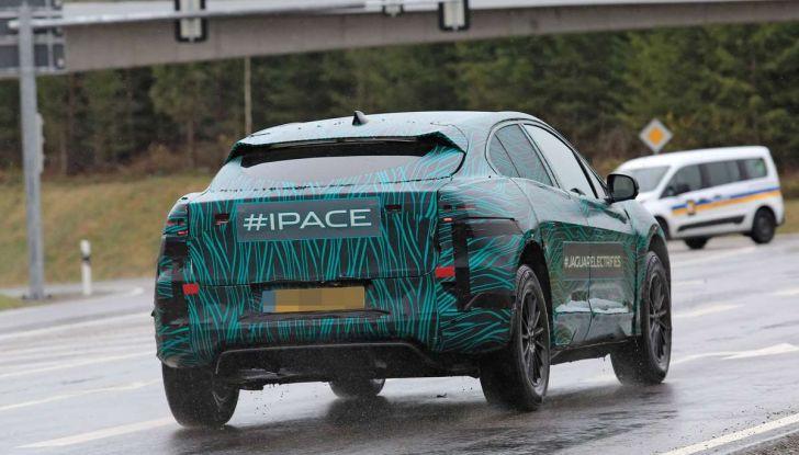 Jaguar I-PACE, il SUV elettrico impegnato nei test su strada - Foto 9 di 19