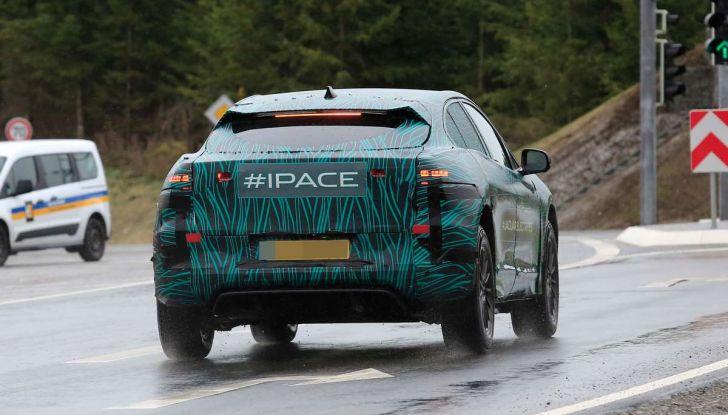 Jaguar I-PACE, il SUV elettrico impegnato nei test su strada - Foto 17 di 19