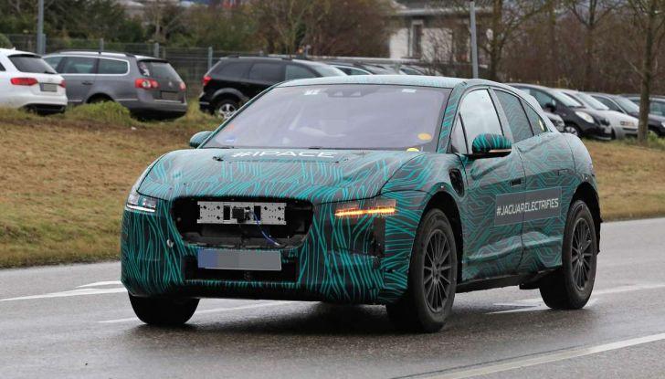 Jaguar I-PACE, il SUV elettrico impegnato nei test su strada - Foto 12 di 19
