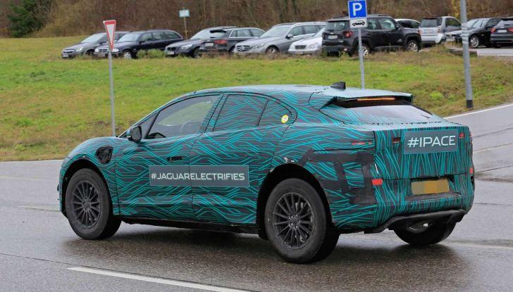 Jaguar I-PACE, il SUV elettrico impegnato nei test su strada - Foto 4 di 19
