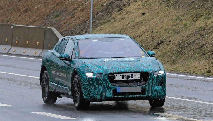 Jaguar I-PACE, il SUV elettrico impegnato nei test su strada - Foto 8 di 19
