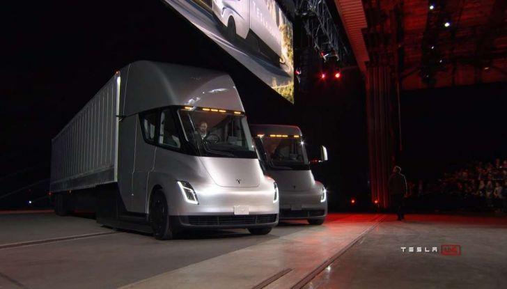 Tesla Semi Truck, il camion elettrico che rivoluziona i trasporti - Foto 1 di 18