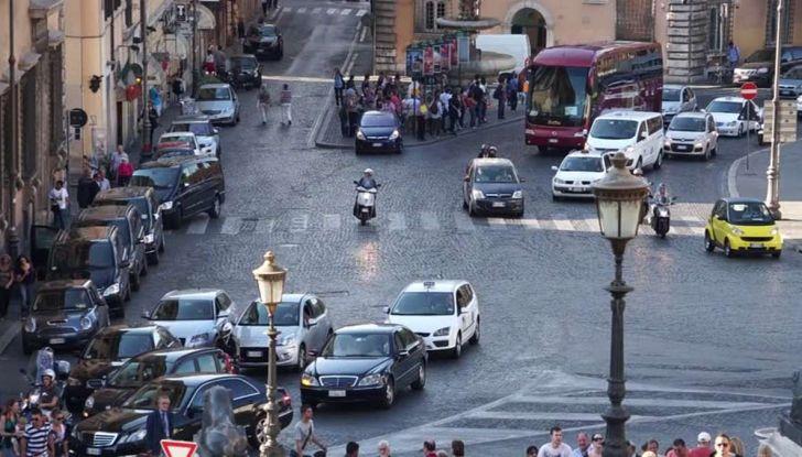 Roma, record europeo per l'utilizzo di mezzi privati - Foto 4 di 11