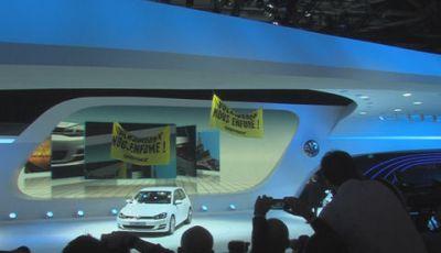 """""""Volkswagen vende fumo"""". Greenpeace protesta al Salone di Parigi 2012"""