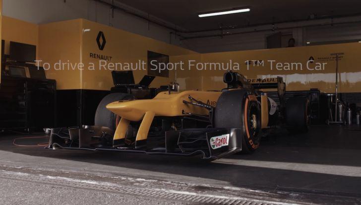 La porta a guidare la F1 Renault e le chiede di sposarlo [Video] - Foto 7 di 27
