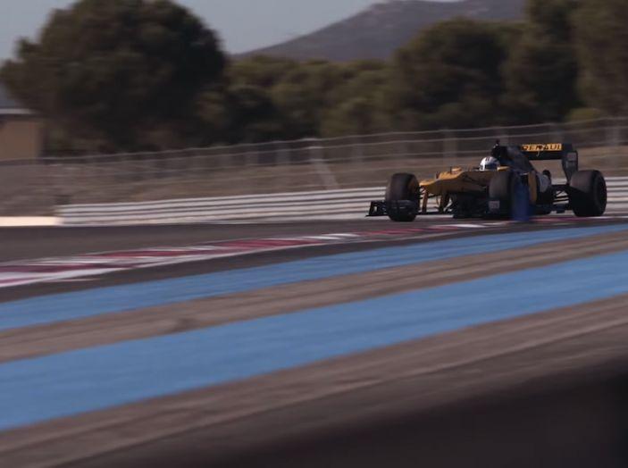 La porta a guidare la F1 Renault e le chiede di sposarlo [Video] - Foto 15 di 27