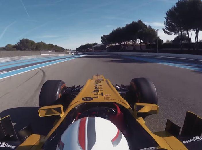 La porta a guidare la F1 Renault e le chiede di sposarlo [Video] - Foto 16 di 27