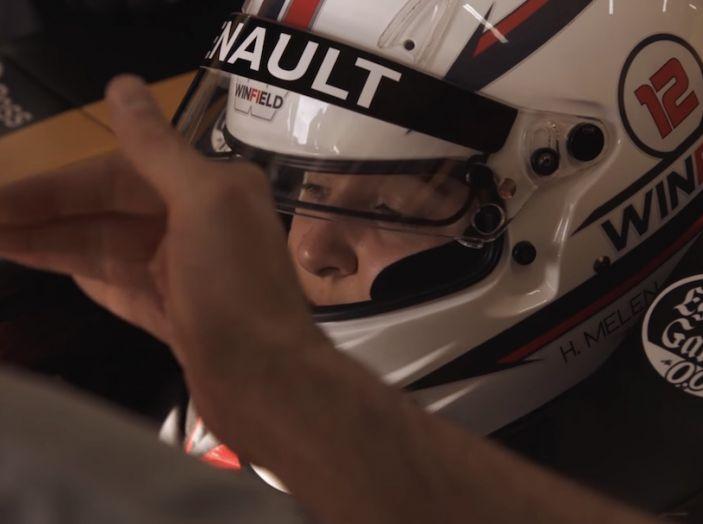 La porta a guidare la F1 Renault e le chiede di sposarlo [Video] - Foto 20 di 27