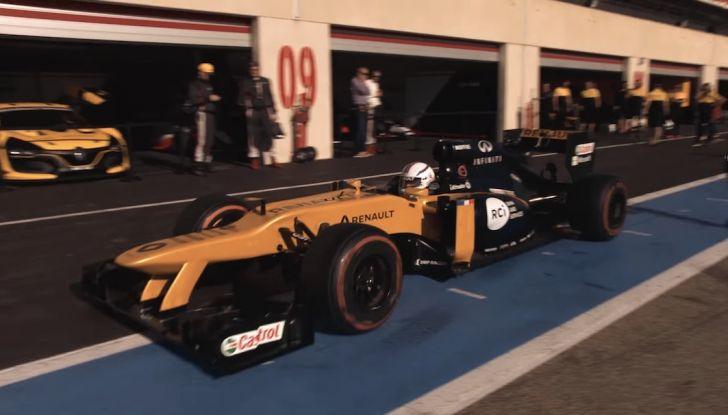 La porta a guidare la F1 Renault e le chiede di sposarlo [Video] - Foto 21 di 27