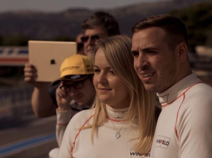 La porta a guidare la F1 Renault e le chiede di sposarlo [Video] - Foto 22 di 27