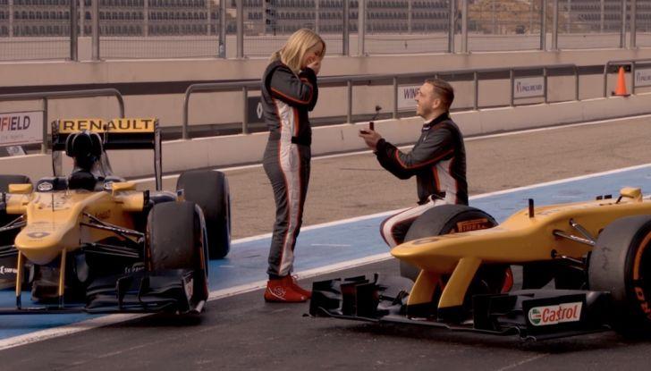 La porta a guidare la F1 Renault e le chiede di sposarlo [Video] - Foto 6 di 27