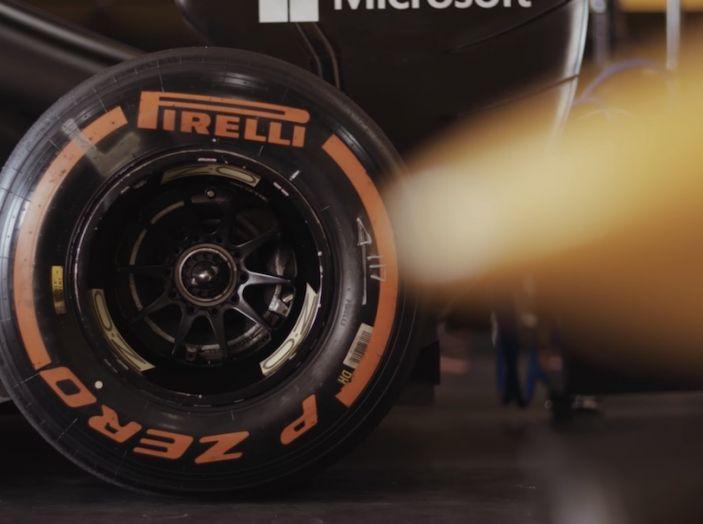 La porta a guidare la F1 Renault e le chiede di sposarlo [Video] - Foto 9 di 27
