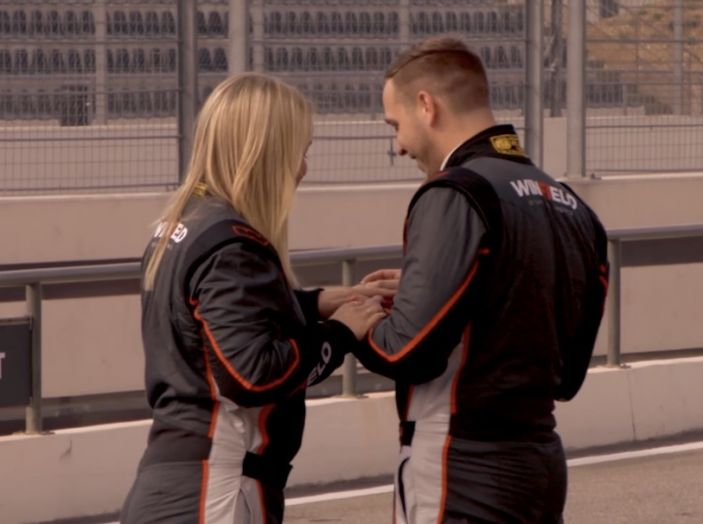 La porta a guidare la F1 Renault e le chiede di sposarlo [Video] - Foto 24 di 27