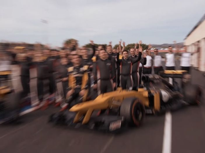 La porta a guidare la F1 Renault e le chiede di sposarlo [Video] - Foto 26 di 27
