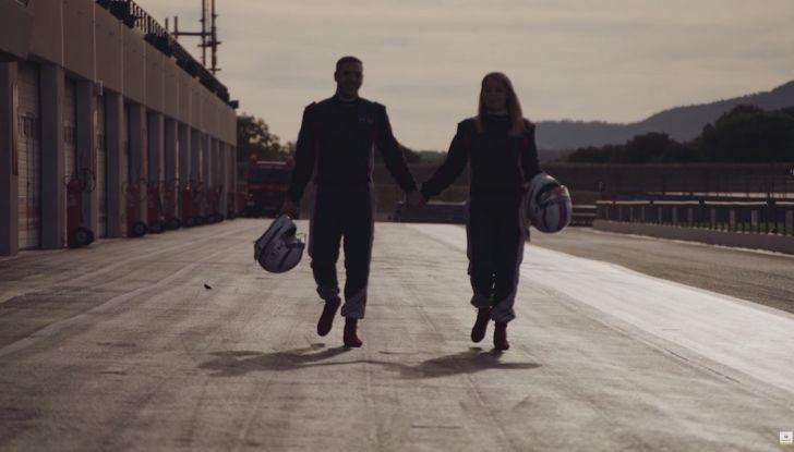 La porta a guidare la F1 Renault e le chiede di sposarlo [Video] - Foto 27 di 27