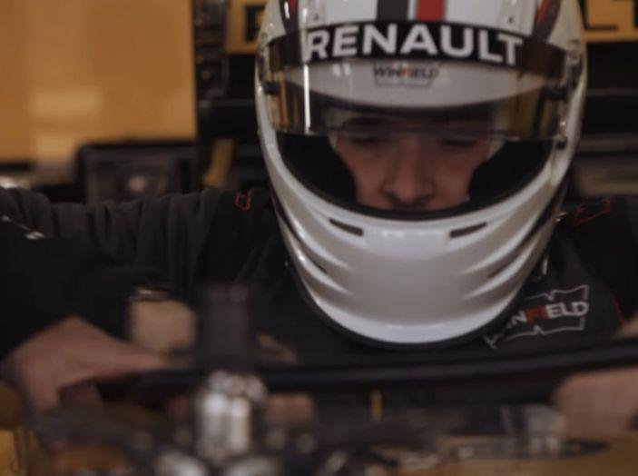 La porta a guidare la F1 Renault e le chiede di sposarlo [Video] - Foto 11 di 27