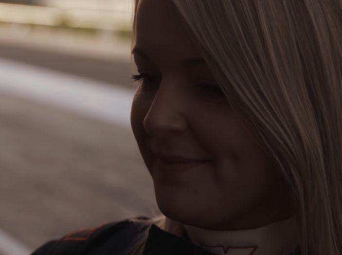 La porta a guidare la F1 Renault e le chiede di sposarlo [Video] - Foto 12 di 27