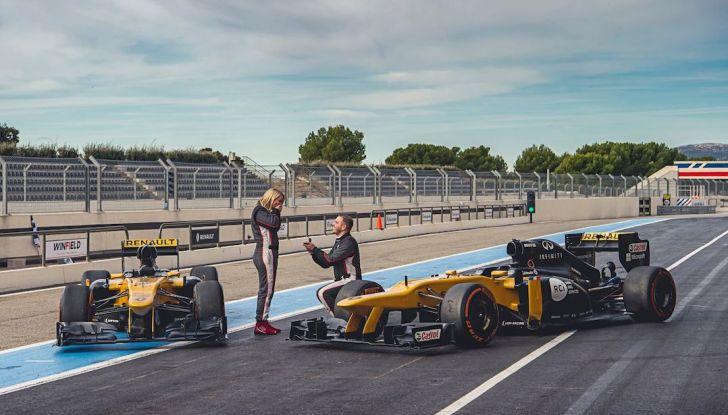 La porta a guidare la F1 Renault e le chiede di sposarlo [Video] - Foto 1 di 27