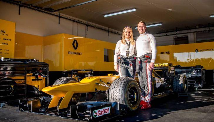 La porta a guidare la F1 Renault e le chiede di sposarlo [Video] - Foto 3 di 27