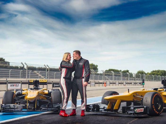 La porta a guidare la F1 Renault e le chiede di sposarlo [Video] - Foto 2 di 27