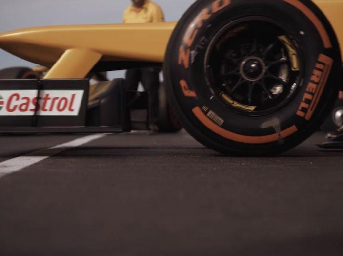 La porta a guidare la F1 Renault e le chiede di sposarlo [Video] - Foto 13 di 27