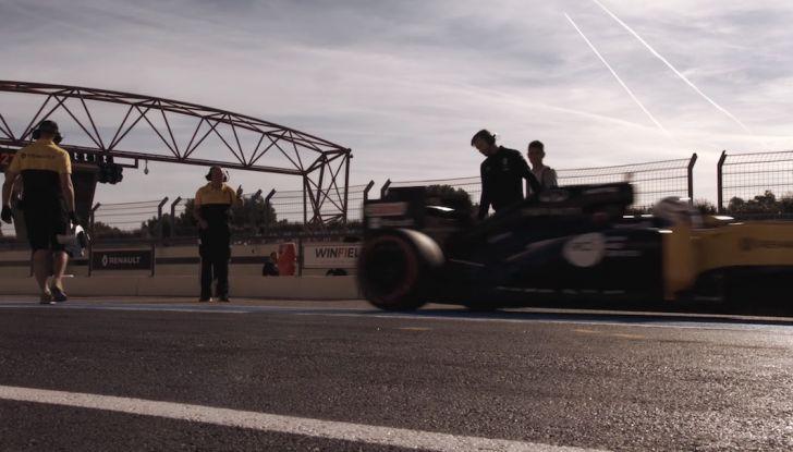 La porta a guidare la F1 Renault e le chiede di sposarlo [Video] - Foto 14 di 27