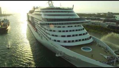 Tre Fiat 500 scortano una nave da crociera MSC nel porto di Miami