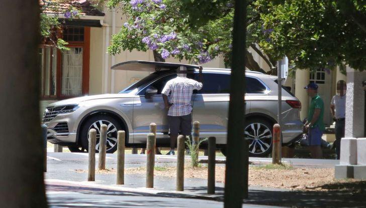 Volkswagen Touareg 2018, nuove foto spia senza camuffature - Foto 8 di 10