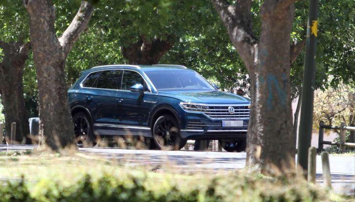 Volkswagen Touareg 2018, nuove foto spia senza camuffature - Foto 5 di 10