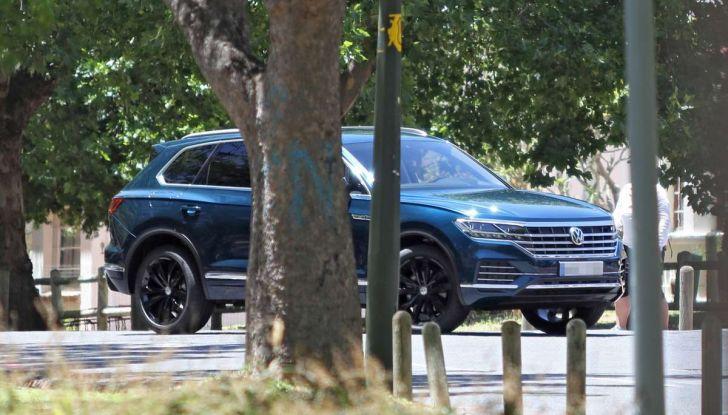 Volkswagen Touareg 2018, nuove foto spia senza camuffature - Foto 9 di 10