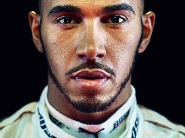 """Lewis Hamilton al nipotino: """"i maschi non si vestono da principessa"""" - Foto 1 di 4"""
